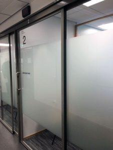 maakunnan-lasi-lasiseina-toimiston-tilanjakajaksi