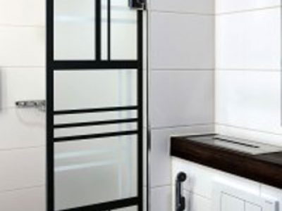 maakunnan-lasi-printattu-suihkuseina